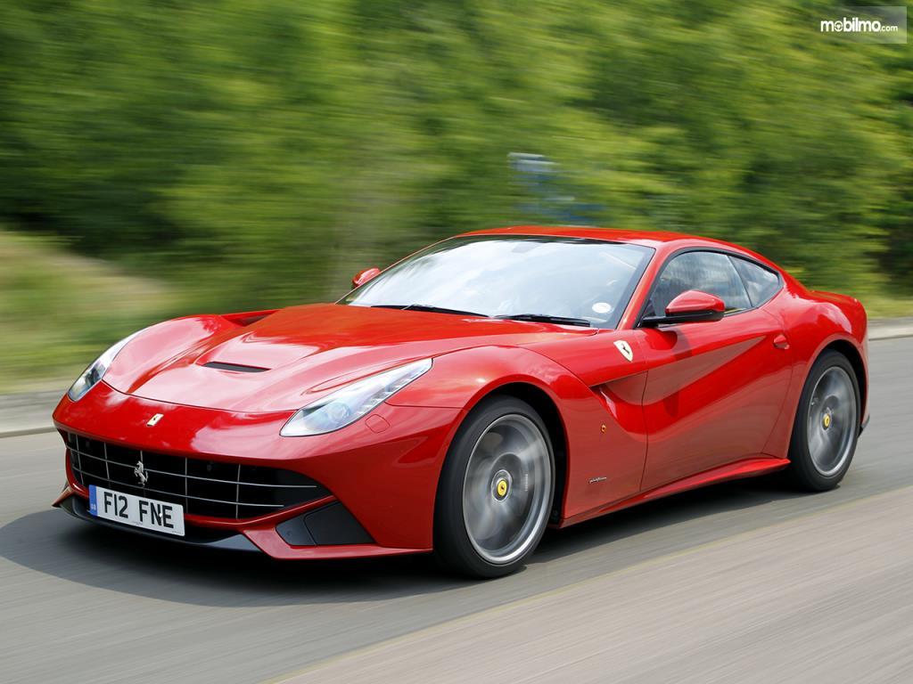 Eksterior samping Ferrari F12berlinetta 2012 menggunakan lekuk bodi yang seksi dan sekaligus meningkatkan fungsi aerodinamis