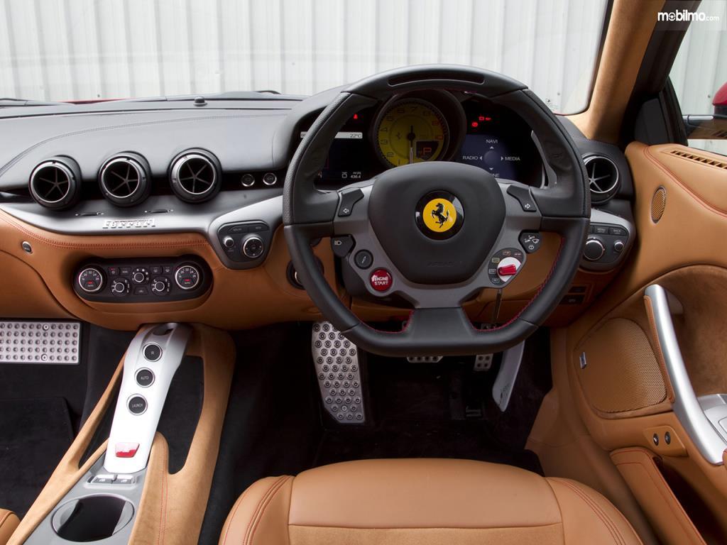 Setir Ferrari F12berlinetta 2012 sudah dilengkapi dengan berbagai tombol menarik