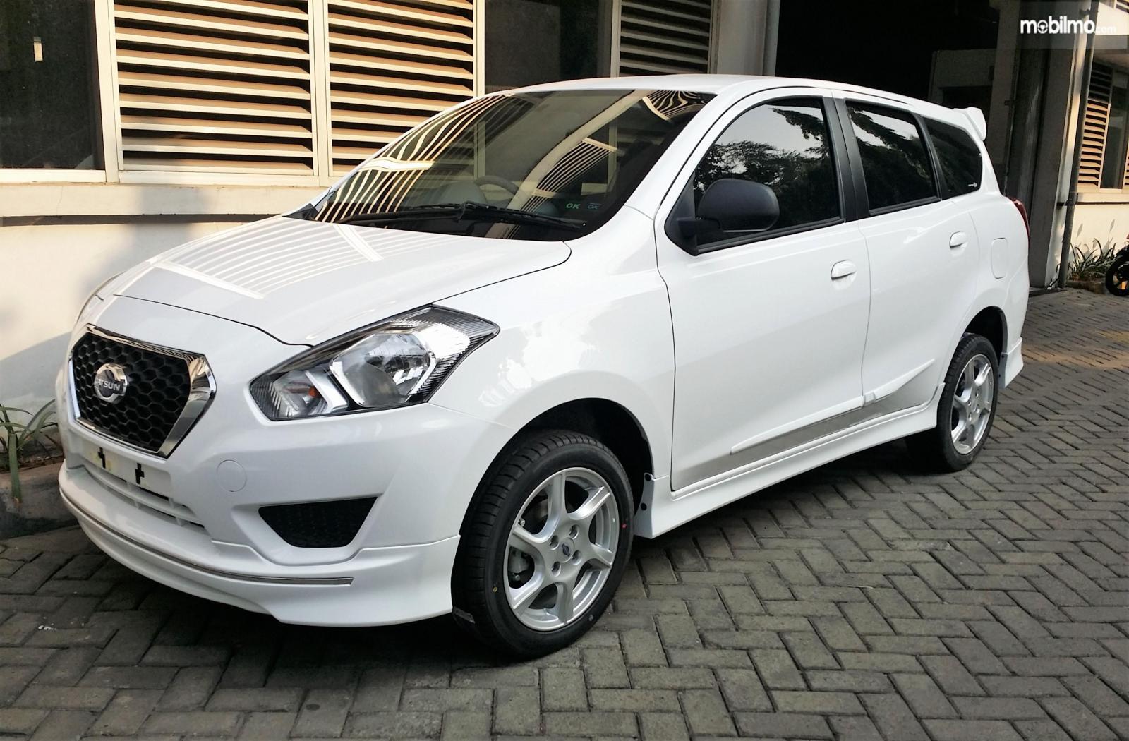 Foto Datsun GO+ Panca M/T 2014 warna putih tampak samping depan
