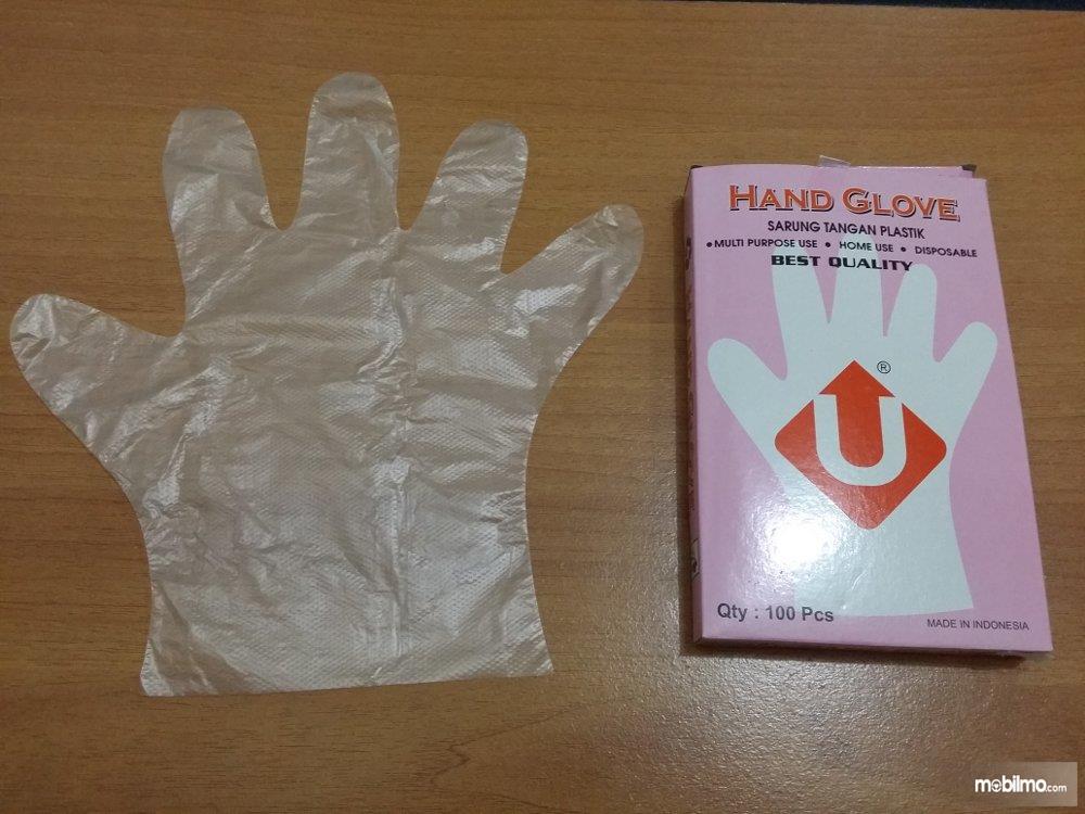 Gunakan sarung tangan atau kantung plastik untuk melindungi tangan Anda dari infeksi