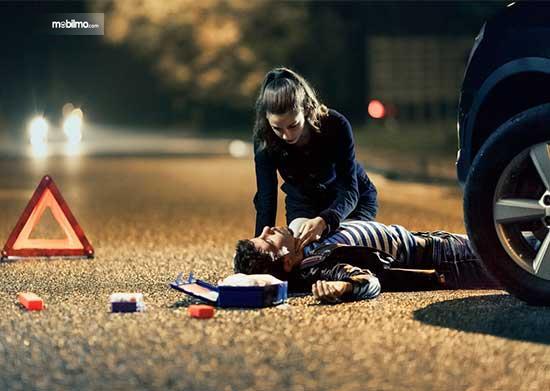 Lindungi kepala korban dengan memberi bantalan saat direbahkan