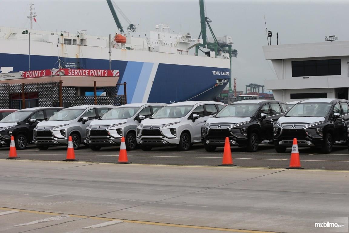 Foto sejumlah mobil Mitsubishi Xpander untuk pasar ekspor masih berjajar di pelabuhan