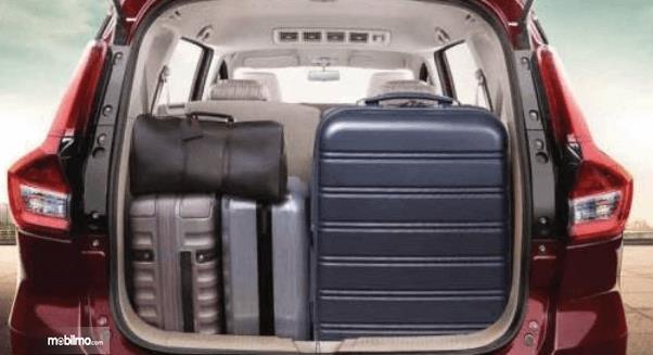 Gambar ini menunjukkan bagasi mobil Suzuki Ertiga Facelift 2019 yang terdapat beberapa tas dan koper