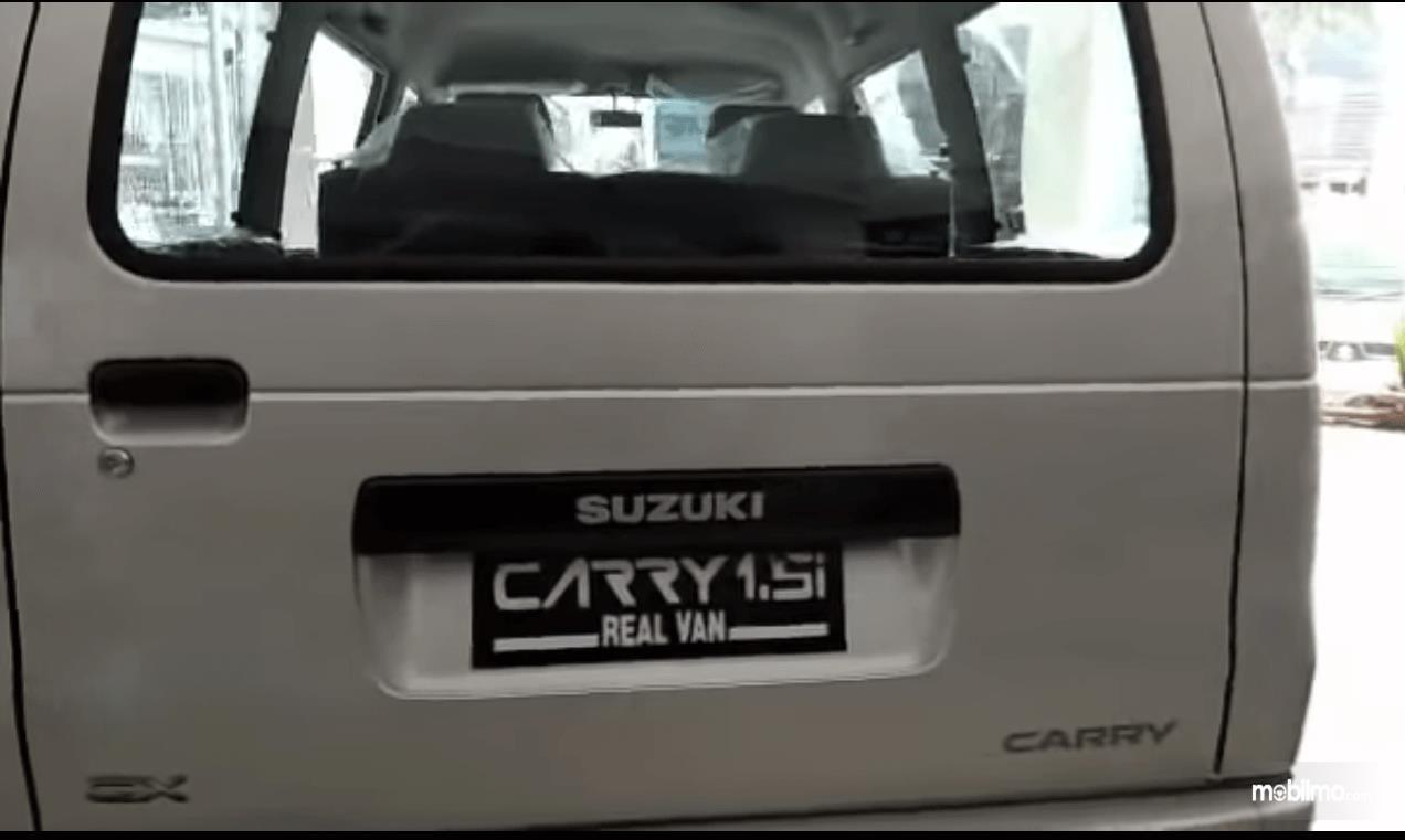 Gambar ini menunjukkan bagian belakang Suzuki Carry Real Van 2015 warna putih