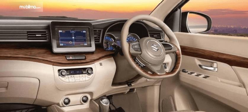 Gambar ini menunjukkan dashboard, kemudi dan fitur head unit pada mobil