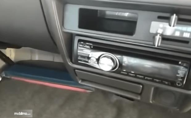 Gambar ini menunjukkan fitur pada head unit Suzuki Carry Real Van 2015