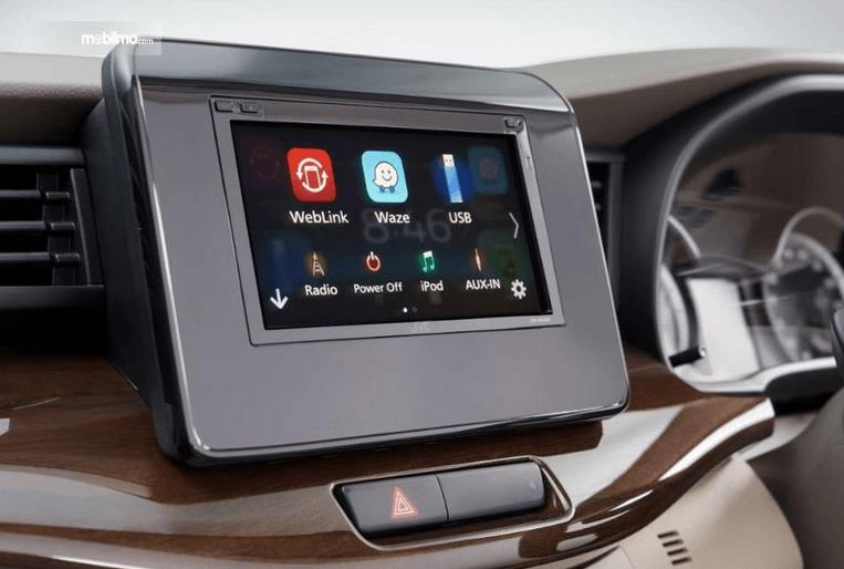 Gambar ini menunjukkan fitur hiburan pada mobil Suzuki Ertiga Facelift 2019