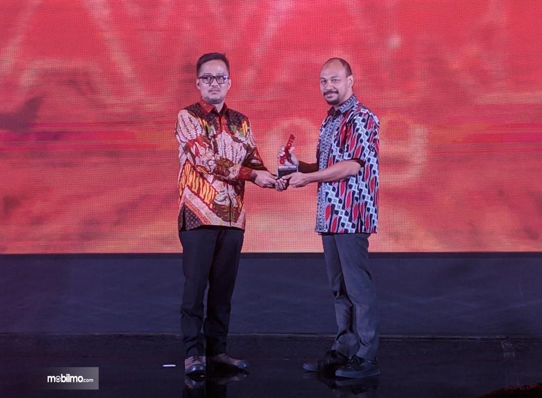 Foto penerimaan penghargaan All New Honda Brio di ajang OTOMOTIF AWARD 2019 oleh perwakilan dari PT TAM
