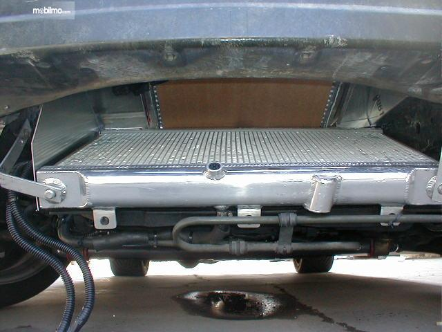 Beberapa mobil kondensor AC terletak di kolong mobil