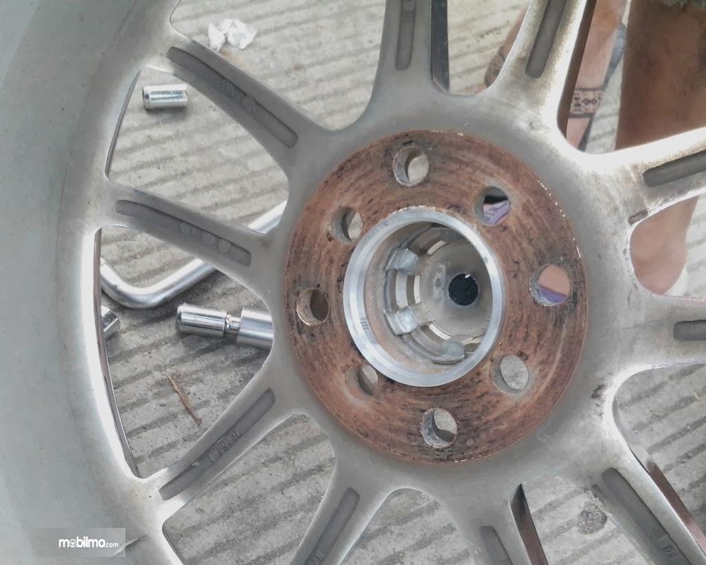 Punya peran menjaga pelek tetap di tengah roda