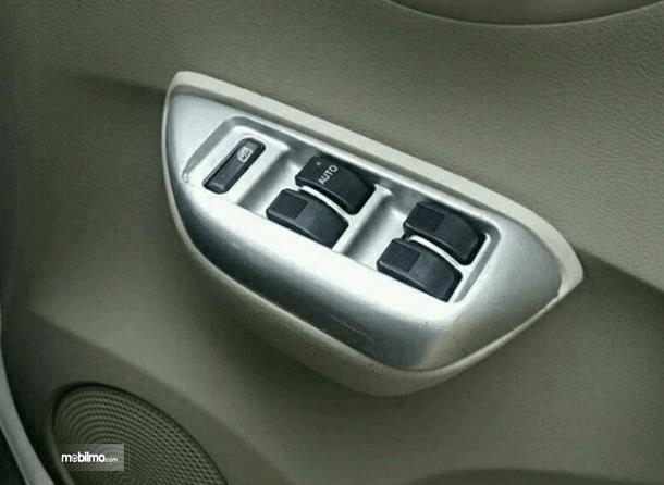 Gambar ini menunjukkan fitur power window yang terdapat pada pintu mobil