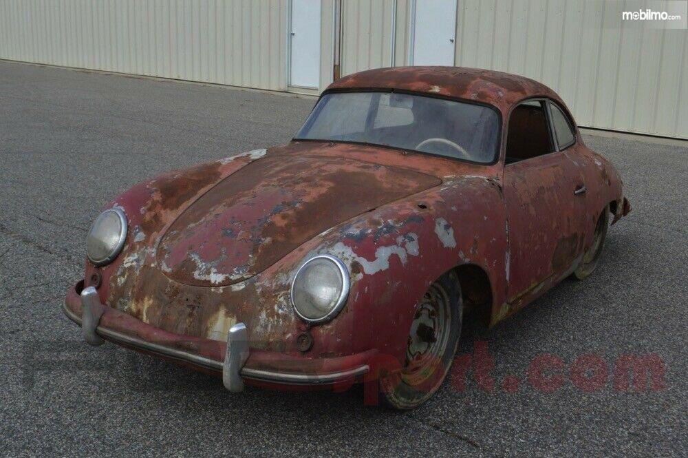 Foto Mobil lawas, Porsche 356 Coupe yang dijual dalam kondisi rusak parah dilihat dari samping depan