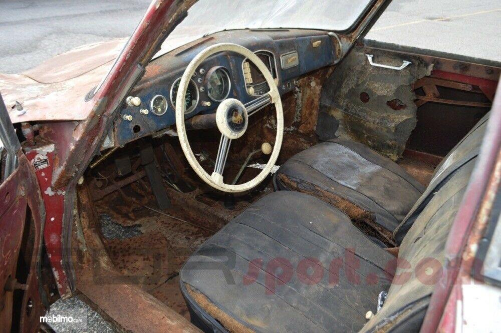 Foto Mobil lawas, Porsche 356 Coupe yang dijual dalam kondisi rusak parah di bagian interior