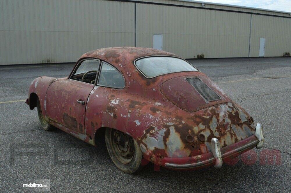 Foto Mobil lawas, Porsche 356 Coupe yang dijual dalam kondisi rusak parah dilihat dari samping belakang