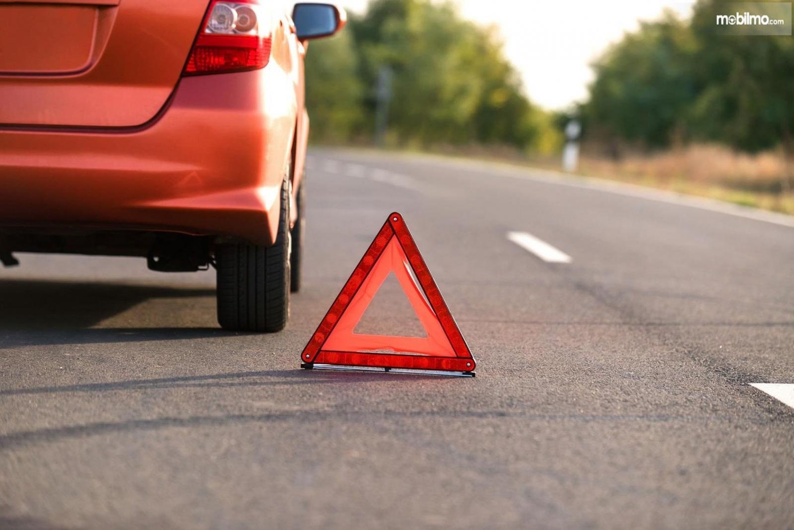 Foto sebuah mobil Berhenti di bahu jalan karena dalam kondisi darurat