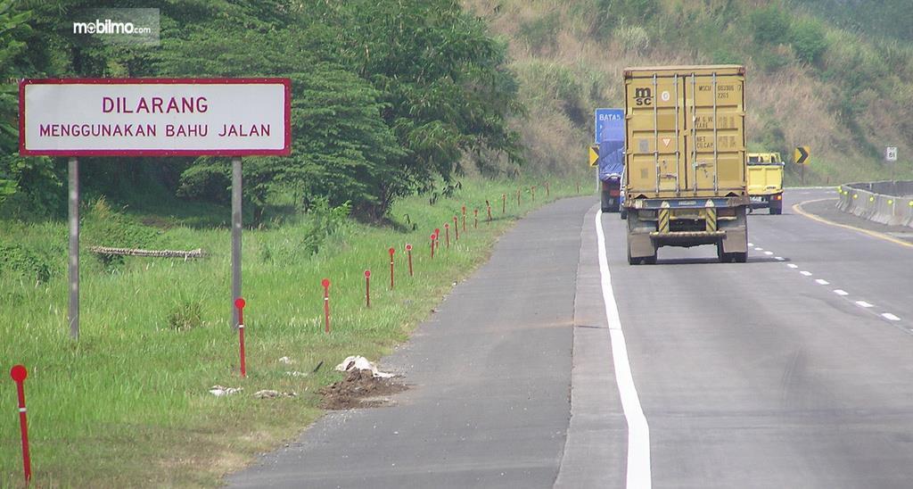Foto rambu larangan penggunaan bahu jalan, peringatan buat para pengguna jalan untuk patuh