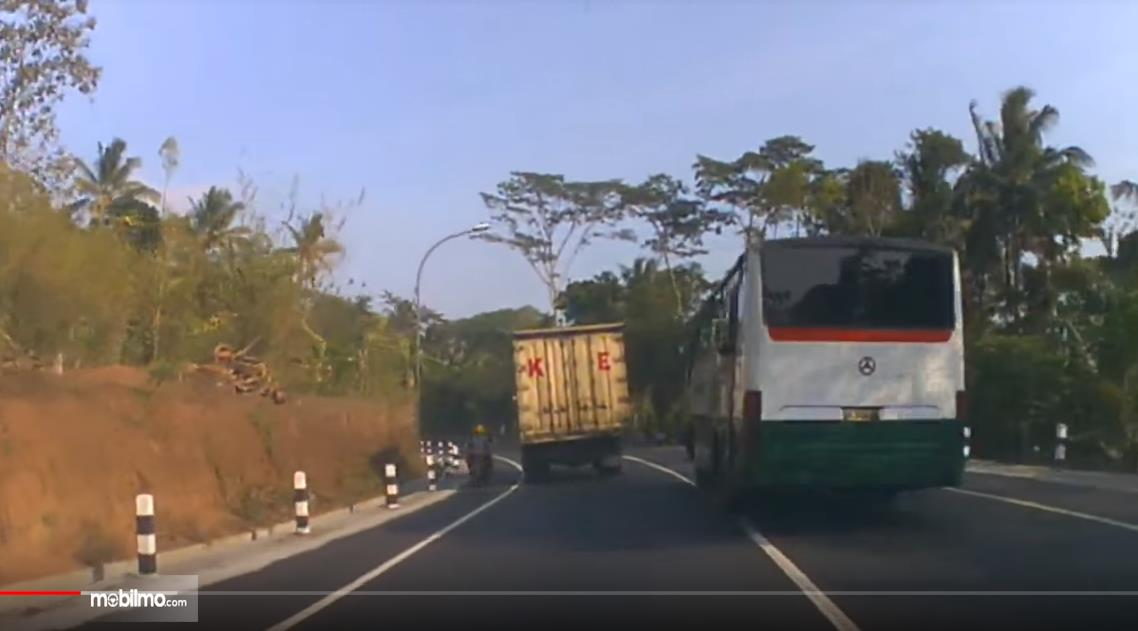 Foto kendaraan melintas di jalur Semarang-Ambarawa-Magelang, sama-sama melakukan pelanggaran