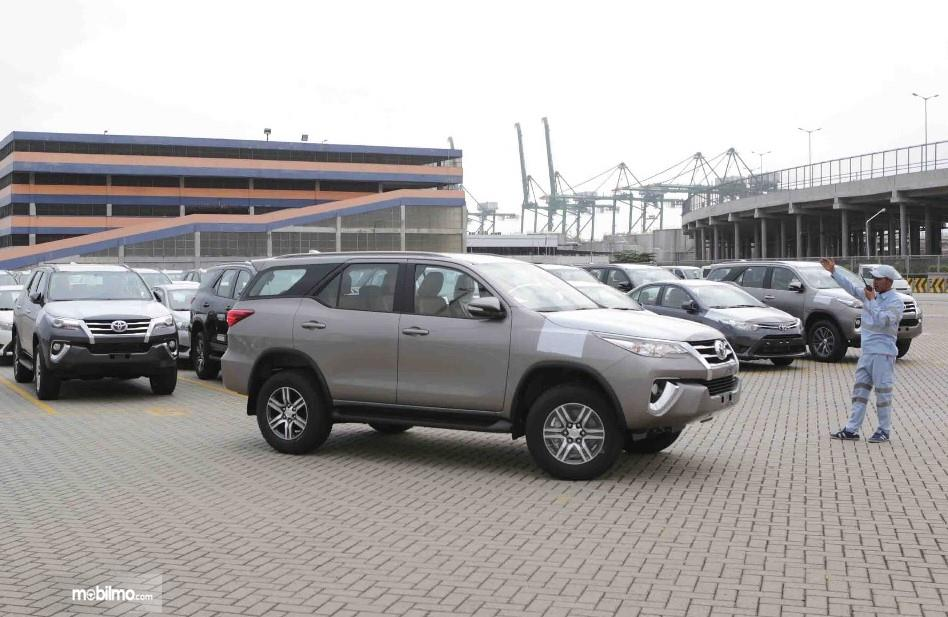 Foto Toyota Fortuner dari arah samping, tampak sedang dipersiapkan untuk segera dikirim ke luar negeri
