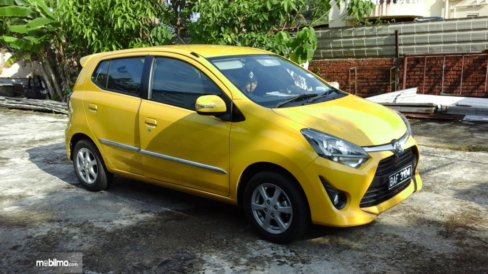 Foto Toyota Wigo dari arah samping, terlihat sama persis dengan Toyota Agya yang dijual di Indonesia