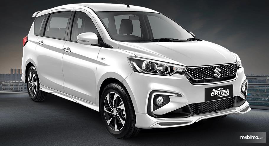 Gambar ini menunjukkan mobil Suzuki Ertiga Suzuki Sport 2019 warna putih tampak samping kanan dan depan