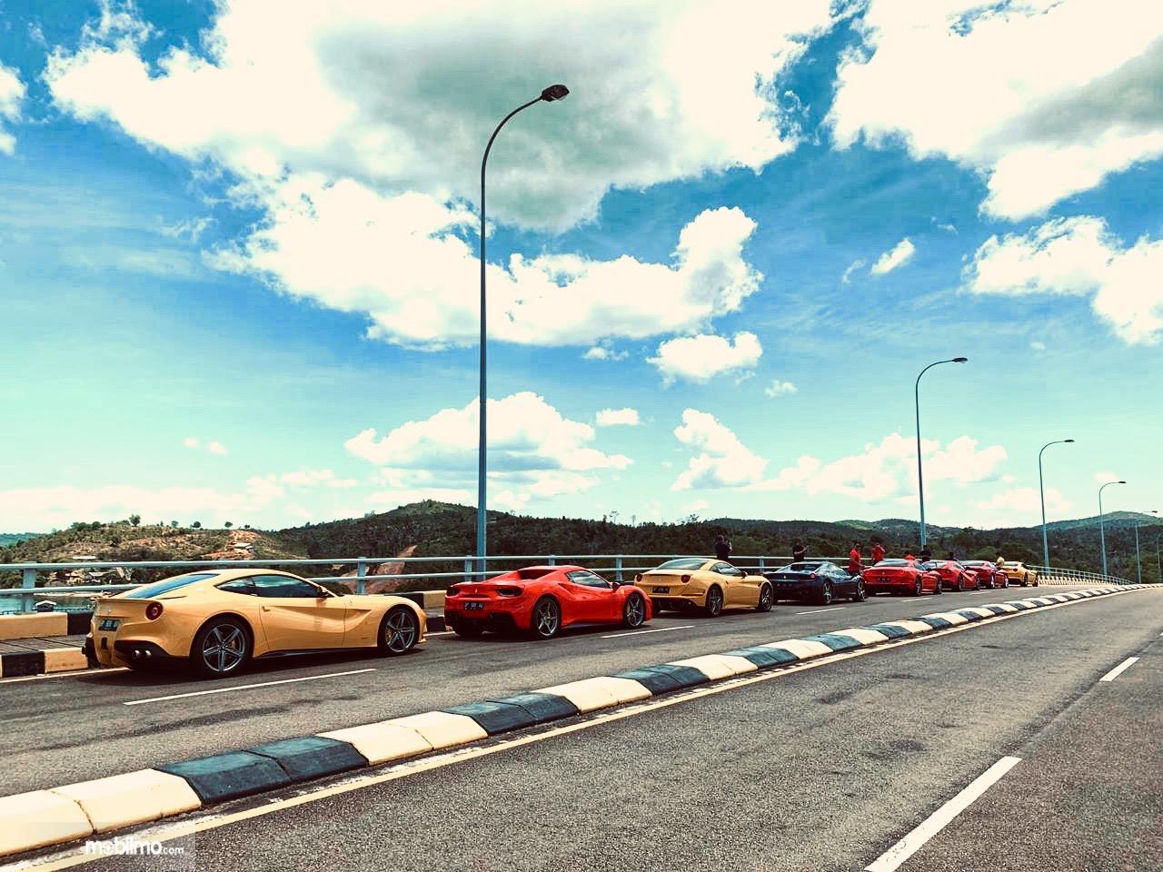 Foto mobil Ferrari di Jembatan Balerang