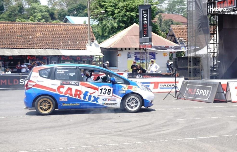 Foto Honda Jazz yang disetting menjadi mobil balap oleh Carfix