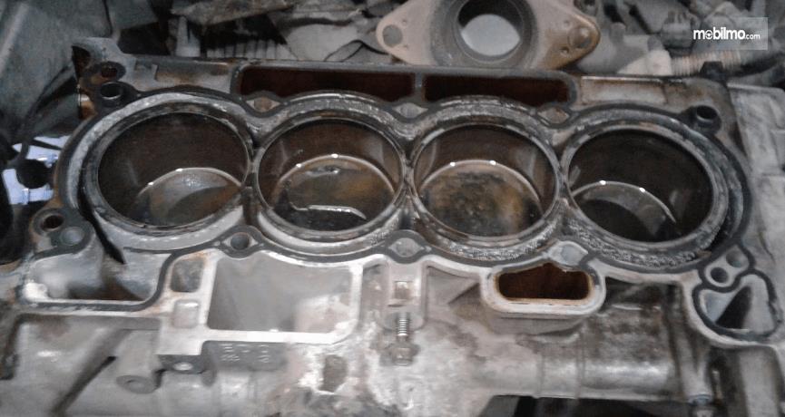 Gambar ini menunjukkan ruang kompresi pada mesin mobil