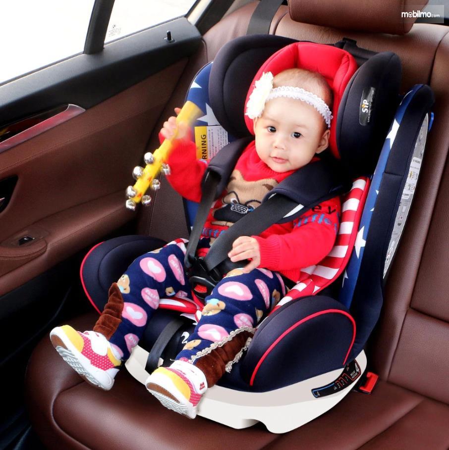 Dudukkan anak di kursi khusus dalam mobil lalu kaitkan dengan ISOFIX