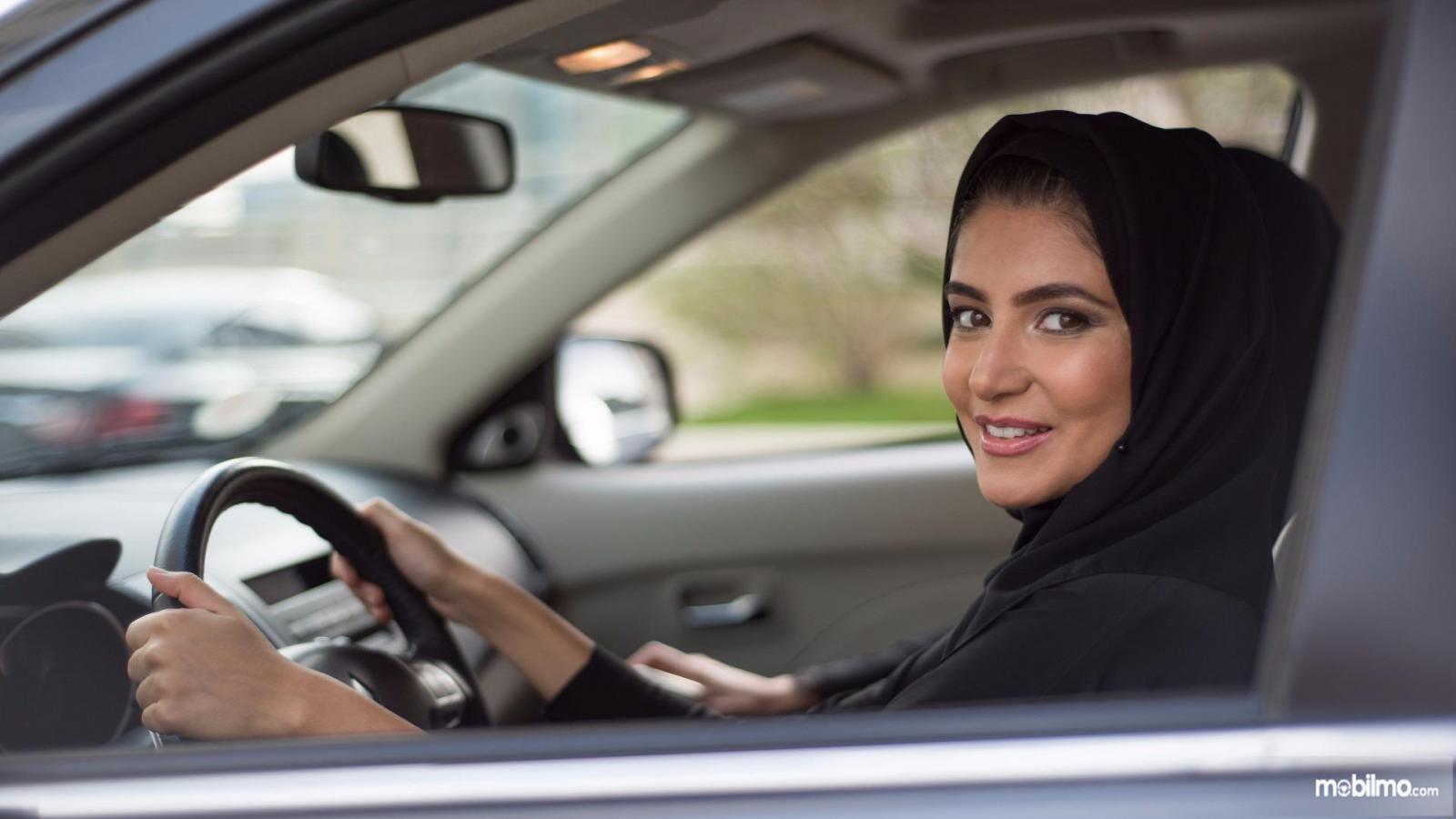 Foto pengemudi wanita arab, bahagia sejak diperbolehkan mengemudi oleh pihak kerajaan