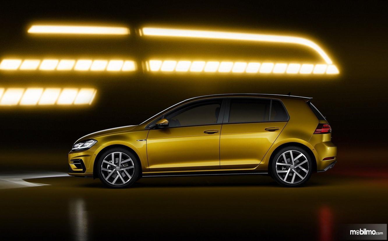 Foto VW Golf dilihat dari arah samping cukup ideal untuk sebuah hatchback