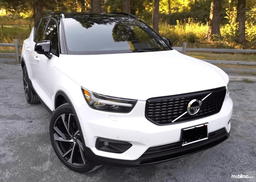 Gambar ini menunjukkan mobil Volvo XC40 2019 warna putih tampak bagian depan