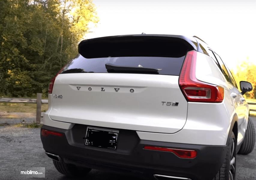 Gambar ini menunjukkan bagian belakang mobil Volvo XC40 2019
