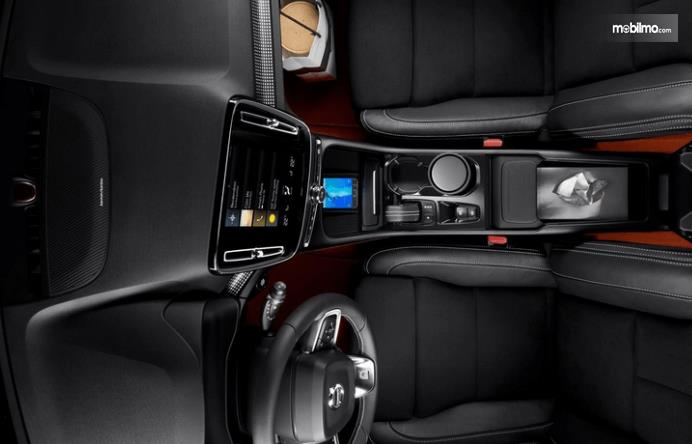 Gambar ini menunjukkan dashboard dan kemudi serta bagian interior depan Volvo XC40 2019