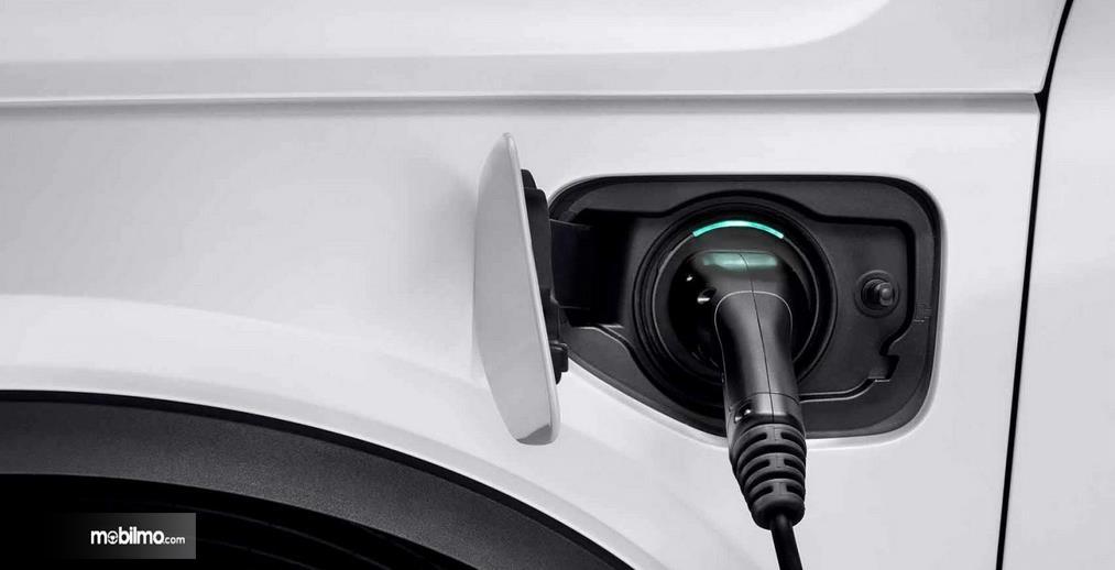 Gambar ini menunjukkan pengisian tenaga listrik pada mobil  Volvo XC40 2019