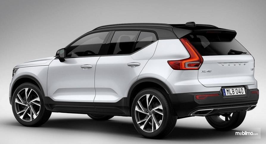 Gambar ini menunjukkan bagian samping dan belakang mobil Volvo XC40 2019