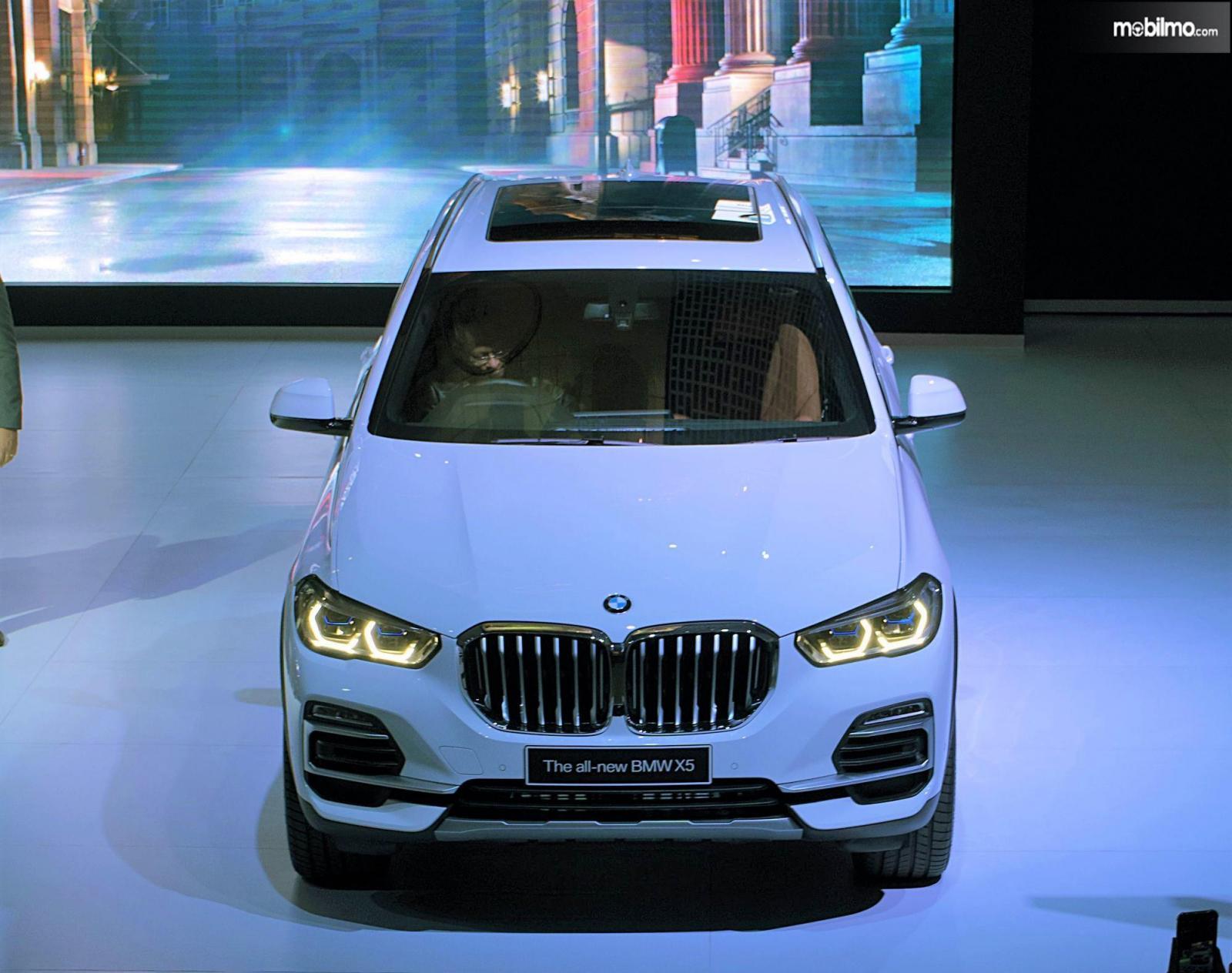 Tampilan depan BMW X5 The Boss pada saat diluncurkan di Jakarta