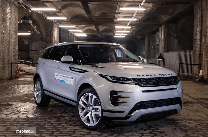 Gambar ini menunjukkan mobil warna putih tampak depan