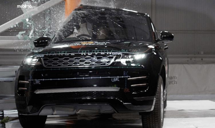 Gambar ini menunjukkan Mobil Range Rover Evoque 2019 saat melakukan uji tabrak