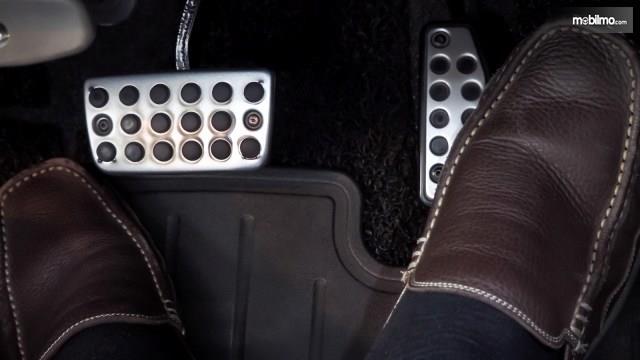 Foto pedal mobil matik yang hanya ada dua, pedal gas dan pedal rem