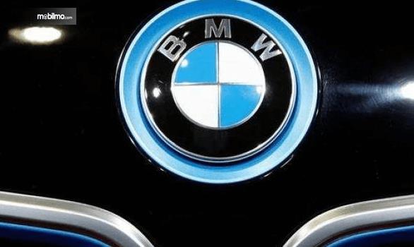 Gambar ini menunjukkan logo BMW warna biru dan putih