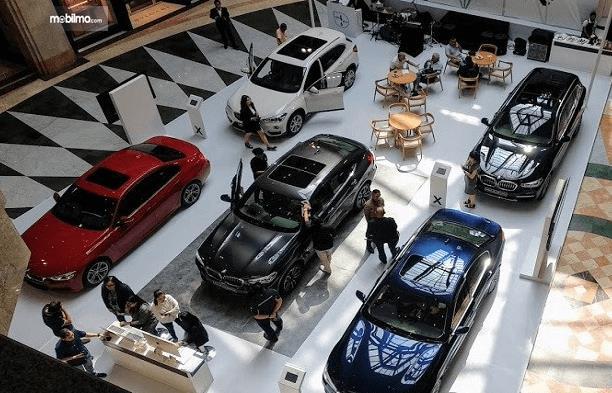 Gambar ini menunjukkan beberapa mobil BMW yang dipajang