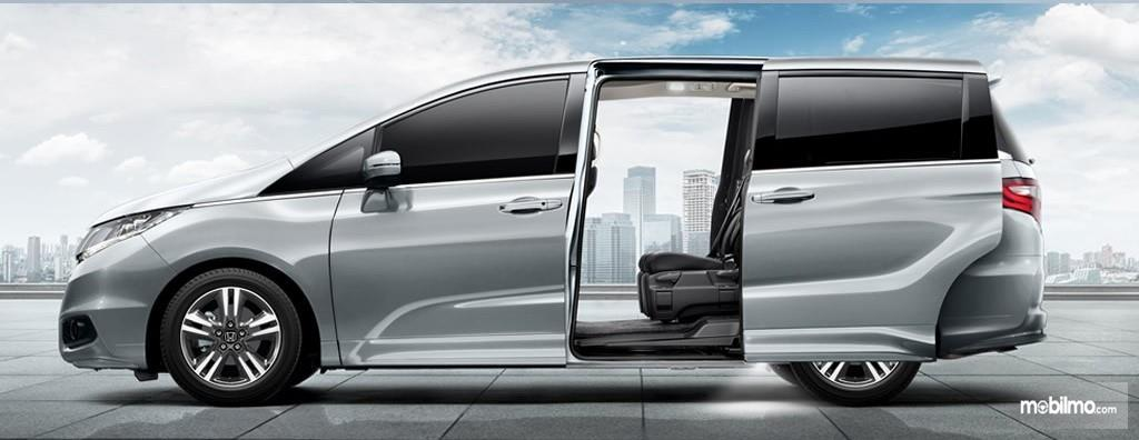 Foto All New Honda Odyssey 2017 saat pintu terbuka di bagian samping
