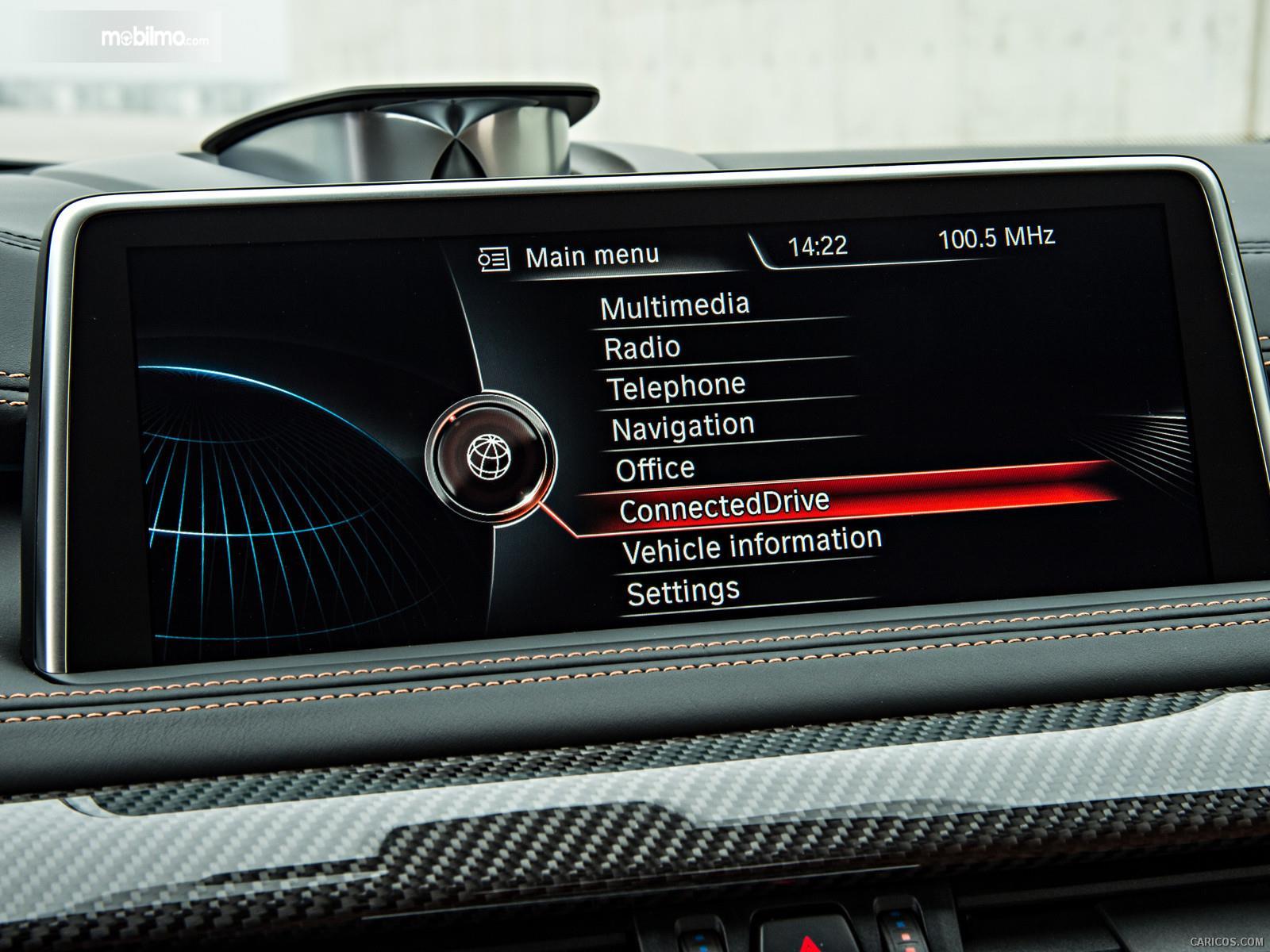 Foto Head Unit BMW X6 M 2018 tempat penumpang dan pengendara mendapatkan berbagai hiburan
