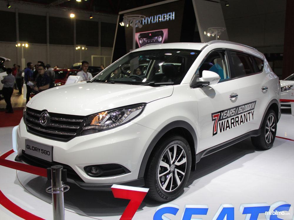 Foto DFSK Glory 580 dalam sebuah pameran otomotif, mencoba menggoda konsumen dengan tawaran menggiurkan