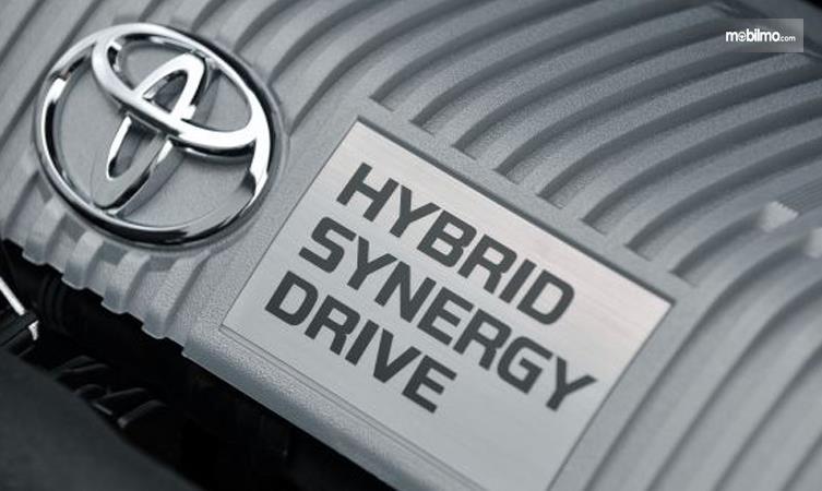 Gambar logo Teknologi Hybrid Toyota terpampang di mesin Toyota