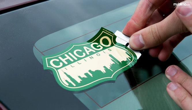 Melepas stiker di kaca mobil terkadang susah dilakukan karena saking kuatnya