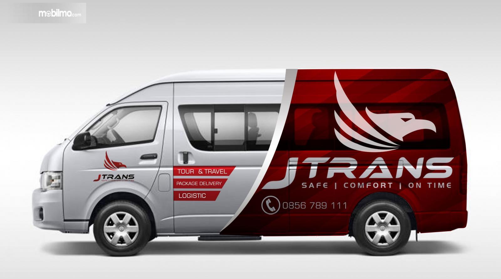 Foto mobil minibus lengkap dengan stiker promosi jasa