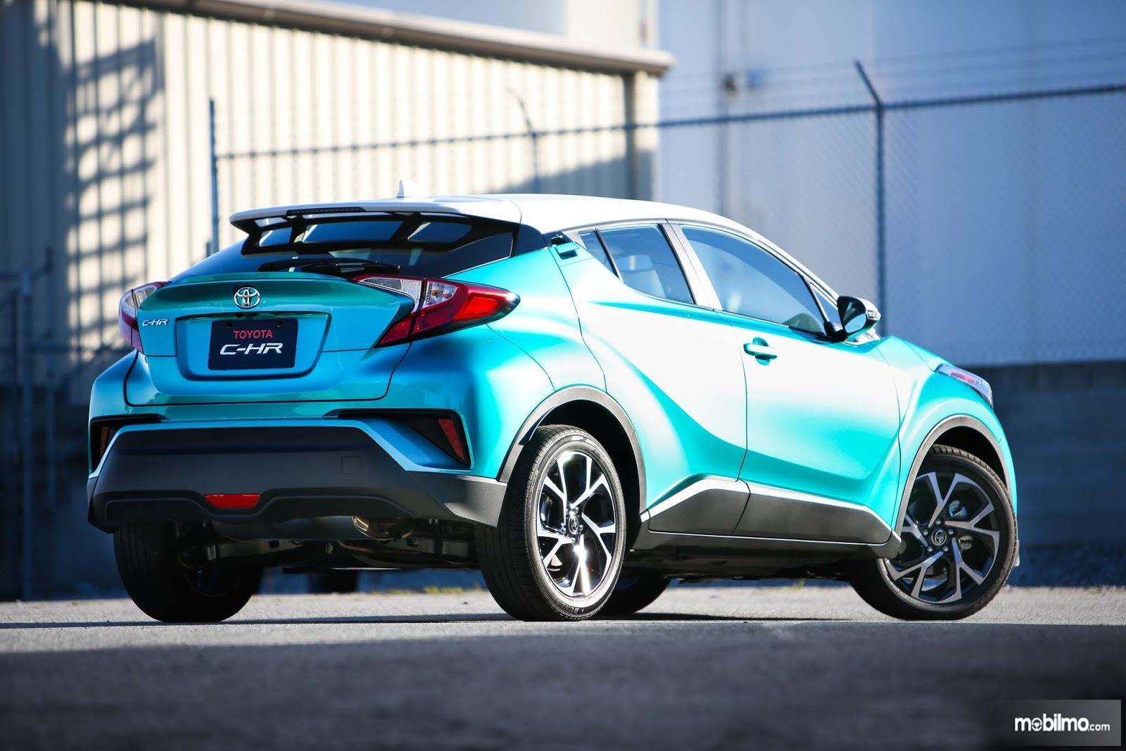 Foto Toyota C-HR dari belakang, sangat futuristik dan menarik