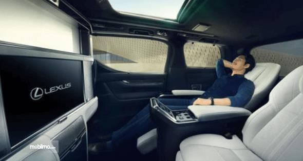 Gambar ini menunjukkan interior mobil Lexus LM300h dan terdapat serang pria di dalamnya