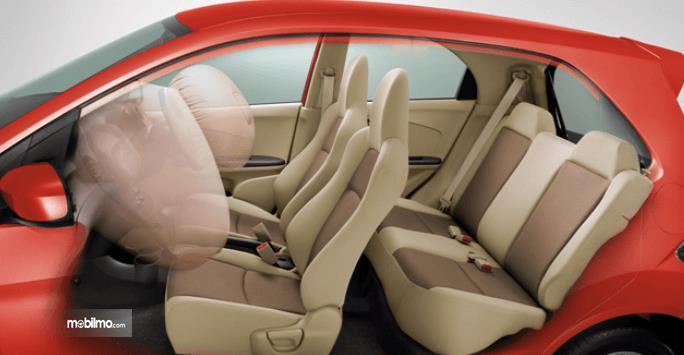 Gambar ini menunjukkan interior mobil city car dan terlihat airbag mengembang